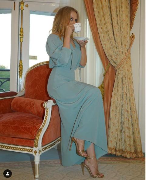 Кайли Миноуг на чаша чай
